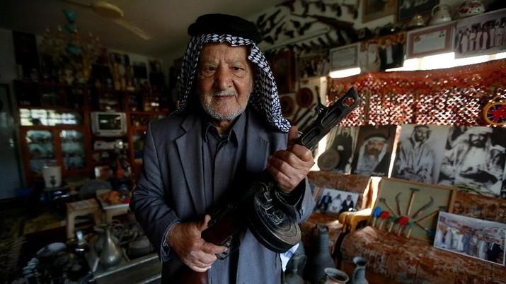 Akkar telah mengumpulkan barang-barang antik lokal selama 50 tahun.