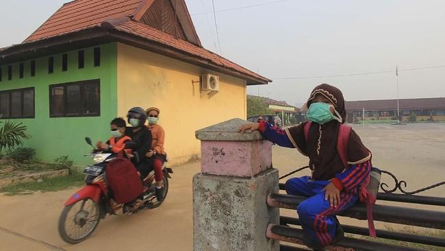 Warga Kota Dumai, Riau dikepung asap akibat kebakaran hutan dan lahan (karhutla) yang terjadi sejak beberapa pekan terakhir. ANTARA FOTO/Aswaddy Hamid