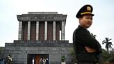 Makan pejuang nasional Ho Chi Minh di Hanoi, Vietnam.Jika Ho Chi Minh City sempat menjadi basis militer pasukan AS, maka Hanoi pernah dijajah oleh Prancis, sehingga banyak bangunan bergaya kolonial berdiri di sini. (Photo by Jewel SAMAD / AFP)