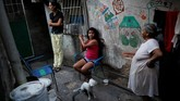 Namun, Maduro menutup perbatasan negaranya untuk menghalangi bantuan tersebut. Menurutnya, bantuan itu adalah jalan masuk bagi AS untuk melakukan intervensi. (Reuters/Carlos Garcia Rawlins)