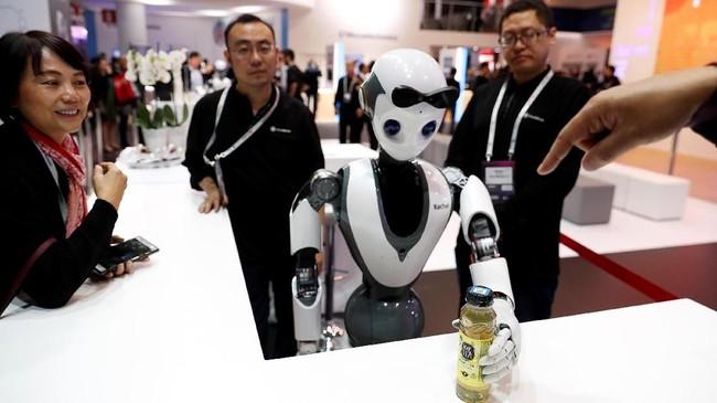 Perusahaan yang sama juga memperkenalkan robot XR-1 yang bisa menjadi pelayan. (REUTERS/Rafael Marchante)