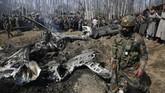 Tak lama setelah itu, India juga mengumumkan bahwa mereka menembak jatuh pesawat Pakistan di Kashmir. (AP Photo/Mukhtar Khan)