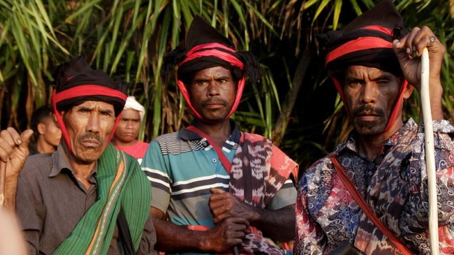 Tiga Rato (Imam kepercayaan Merapu) berdiri di pesisir pantai memantau keadaan desa Hupumada dan Taramanu, Kecamatan Wannokaka, Kabupaen Sumba Barat, NTT, Selasa (26/2). Bau Nyale bukan cuma jadi ritual di Lombok, NTB. Di Sumba, Nusa Tenggara Timur (NTT), ritual ini juga digelar setiap tahunnya. (ANTARA FOTO/Kornelis Kaha)