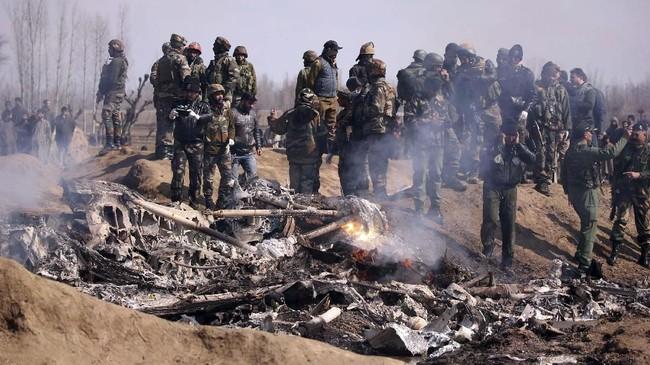 Dia mengatakan salah satu pesawat militernya juga ikut jatuh dalam bentrokan di udara tersebut. (Reuters/Danish Ismail)