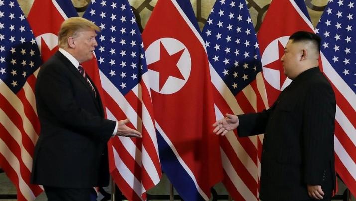 Melihat Keakraban Trump & Kim Saat Berjumpa di Vietnam