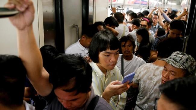 Moda kereta api di Filipina juga buruk karena jalurnya terbatas dan armadanya sudah uzur. Padahal banyak warga mengandalkannya untuk menuju tempat bekerja. (REUTERS/Eloisa Lopez).