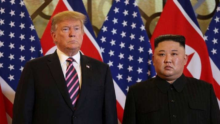 Presiden AS Donald Trump dan pemimpin Korea Utara Kim Jong Un berpose sebelum pertemuan mereka selama KTT AS-Korea Utara kedua di Metropole Hotel di Hanoi, Vietnam 27 Februari 2019. (REUTERS / Leah Millis)