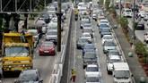 Pemandangan kepadatan lalu lintas pada pagi hari di jalan protokol EDSA di Kota Makati, Filipina. Suasanya tidak jauh berbeda dengan Jakarta. (REUTERS/Eloisa Lopez).