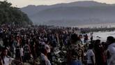 Warga berkumpul di pesisir pantai menyaksikan upacara memanggil nyale oleh para Rato di desa Hupumada dan Taramanu Kecamatan Wannokaka, NTT, Selasa (26/2). Tradisi memanggil nyale dilakukan jelang pelaksanaan perang tombak kayu sambil menunggang kuda atau Pasola. (ANTARA FOTO/Kornelis Kaha)