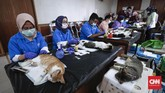 Petugas dari Rumah Sakit Hewan Jakarta melakukan sterilisasi gratis bagi kucing peliharaan di Kecamatan Duren Sawit. Manfaatnya untuk menghambat populasi kucing sehingga mengurangi jumlah kucing liar, serta meminimalisir resiko berbagai penyakit pada kucing. CNNIndonesia/Safir Makki