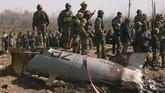 India dan Pakistan saling menembak jatuh armada angkatan udara di Kashmir pada Rabu (27/2). (Reuters/Danish Ismail)
