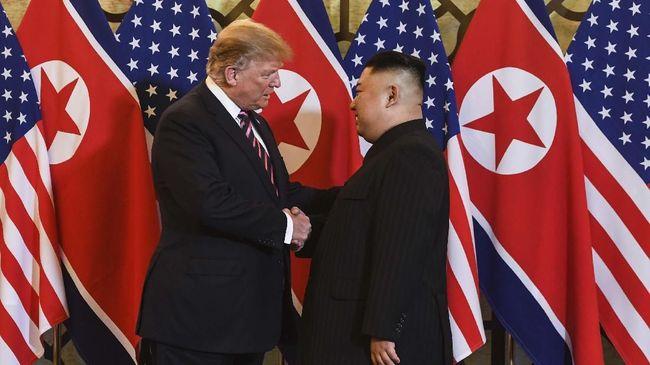 Jabat Tangan Trump dan Kim Jong-un Buka Gelaran KTT Vietnam