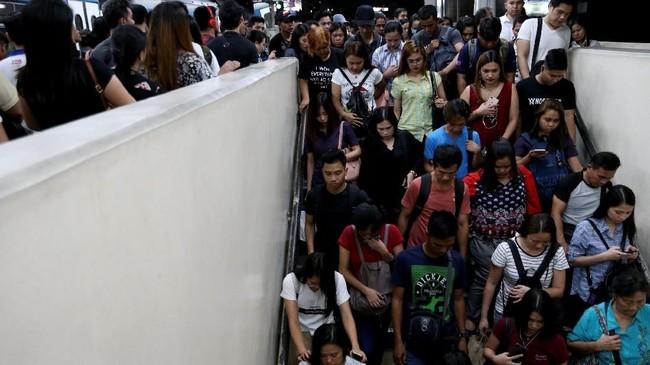 Rutinitas para pelaju di wilayah pinggiran Kota Manila saban hari berjibaku di transportasi umum, seperti kereta, menuju tempat kegiatan mereka di tengah kota. (REUTERS/Eloisa Lopez).
