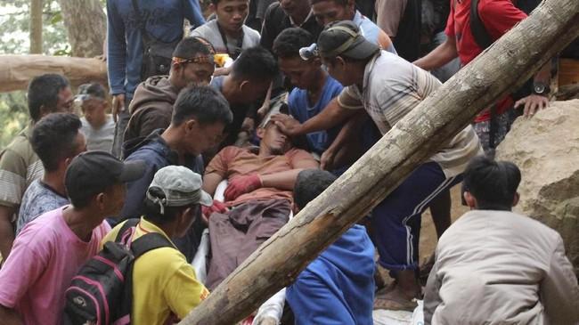 Hingga Kamis (28/2), BPBD Kabupaten Bolaang Mongondow mencatat sebanyak 25 orang telah dievakuasi dari timbunan longsor. Dari 25 orang itu, enam orang tewas, dan 19 lainnya selamat. (AP Photo/Harry Tri Atmojo).
