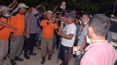 Evakuasi dilakukan tim SAR gabungan dari BPBD Bolaang Mongondow, TNI, Polri, Basarnas, SKPD terkait, relawan dan masyarakat. Pencarian dilakukan secara manual karena kondisi medan berada pada lereng dengan kemiringan cukup curam. (UNGKE PEPOTOH /BNBP/ AFP)
