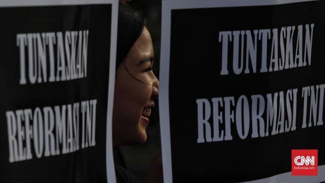 Kamisan adalah aksi damai sejak 18 Januari 2007 dari para korban maupun keluarga korban pelanggaran HAM di Indonesia. Aksi Kamisan yang digelar hari ini merupakan aksi yang ke-576.(CNN Indonesia/Adhi Wicaksono)