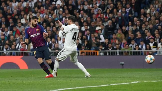 Namun di awal babak kedua, Luis Suarez mampu menjebol gawang Real Madrid memanfaatkan umpan silang Ousmane Dembele. (REUTERS/Susana Vera)