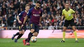 Luis Suarez lalu mencetak gol ketiga lewat penalti panenka di menit ke-73. (REUTERS/Susana Vera)