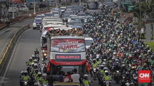 Arak-arakan berlangsung dari kawasan Senayan menuju Istana Negara. (CNN Indonesia/Adhi Wicaksono)
