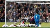 Saat Real Madrid mencoba mengejar ketinggalan, mereka justru malah tertinggal 0-2 karena Raphael Varane mencetak gol bunuh diri di menit ke-69. (REUTERS/Juan Medina)