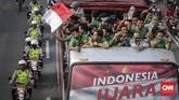 Para pemain Timnas Indonesia U-22 tersenyum bangga memamerkan trofi yang mereka dapat di Piala AFF U-22 2019. (CNN Indonesia/Adhi Wicaksono)