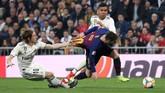 Sementara itu Barcelona tak bisa melepaskan tendangan ke gawang Real Madrid di 45 menit pertama. (REUTERS/Susana Vera)