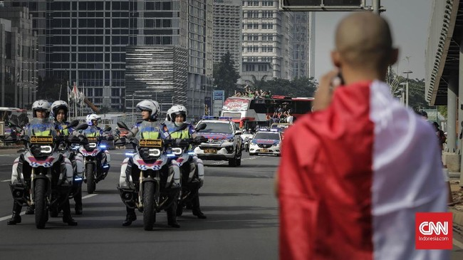 Suporter Timnas Indonesia U-22 sudah bersiap menanti kedatangan Timnas Indonesia U-22 dengan kamera di tangannya. (CNN Indonesia/Adhi Wicaksono)