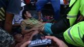 Petugas merawat seorang penambang yang selamat dari lokasi Pertambangan Emas Tanpa Izin (PETI) Desa Bakan, Kecamatan Lolayan, Kabupaten Bolaang Mongondouw, Sulawesi Utara. Sejumlah korban sempat berteriak meminta bantuan. (ANTARA FOTO/Adwit B Pramono/ama)