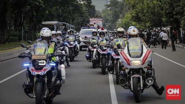 Timnas Indonesia U-22 menjalani arak-arakan pada Kamis (28/2) pagi, dua hari setelah mereka berhasil jadi juara Piala AFF U-22 2019. (CNN Indonesia/Adhi Wicaksono)