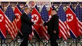 President AS, Donald Trump, dan Pemimpin Korea Utara, Kim Jong-un, berjumpa kembali dalam perundingan kedua di Hanoi, Vietnam. (REUTERS/Leah Millis)