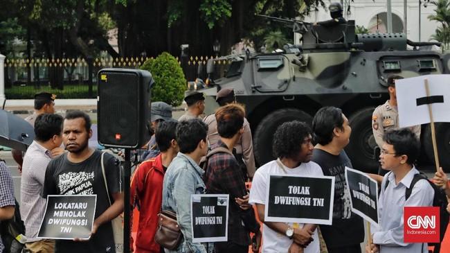 Para aktivis menolak wacana dwifungsi TNI. Mereka memprotes restrukturisasi dan reorganisasi TNI dengan rencana penempatan anggota militer aktif di jabatan Sipil.(CNN Indonesia/Adhi Wicaksono)