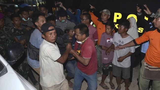 Petugas belum menggunakan alat berat untuk mengevakuasi korban karena dikhawatirkan akan memicu longsor susulan. (AP Photo)