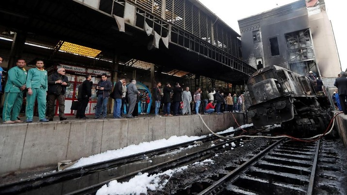 Kebakaran hebat yang menyebabkan ledakan terjadi di stasiun kereta utama Kairo, ibu kota Mesir pada Rabu (27/2/2019)