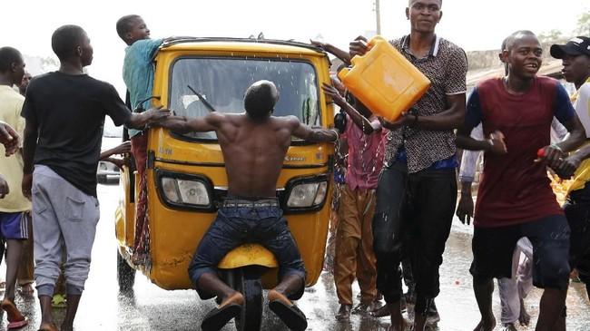 Pendukung Muhammadu Buhari merayakan kemenangan unggulan mereka dalam pemilihan presiden di Negara Bagian Adamawa. (REUTERS/Nyancho NwaNri)