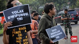 FOTO: Aktivis HAM Aksi Tolak Wacana Dwifungsi TNI