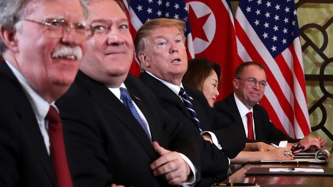 Trump dan rombongan langsung kembali ke AS usai pertemuan. Sedangkan Kim Jong-un tetap berada di Vietnam hingga Sabtu mendatang. (REUTERS/Leah Millis)