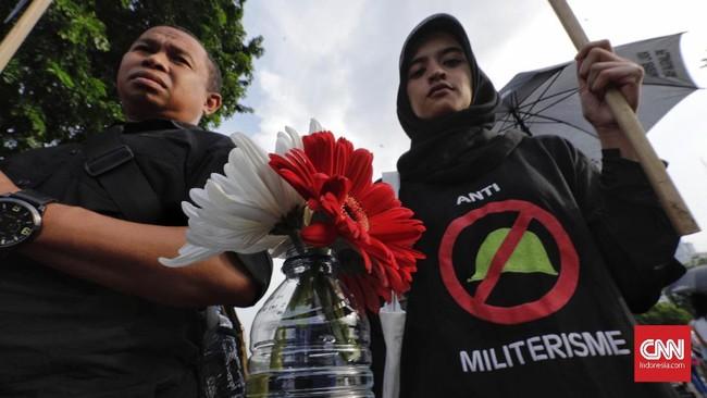 Sejumlah aktivis HAM yang tergabung Jaringan Solidaritas Korban untuk Keadilan (JSKK) menggelar kembali Aksi Kamisanke-576 di depan Istana Merdeka, Jakarta Pusat, Kamis (28/2).(CNN Indonesia/Adhi Wicaksono)