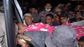 Personel Tim SAR gabungan yang awalnya berjumlah 20 orang ditambah menjadi 60 orang. Tim SAR tambahan berasal dari Polres Kotamobagu dan Kompi Brimob Inuai Bolang Mongondow.(UNGKE PEPOTOH/BNPB/ AFP)