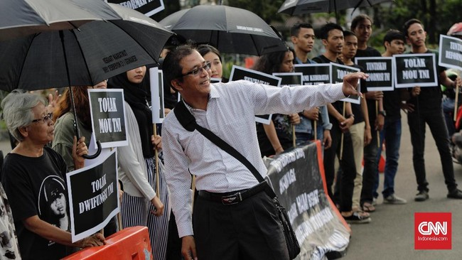 Ratusanorang mengikuti aksi menolak kembalinya militer menduduki jabatan sipil. Aksi ini tidak menimbulkan kemacetan di kawasan Istana Merdeka, massa begitu tertib dalam menjalankan aksinya. (CNN Indonesia/Adhi Wicaksono)