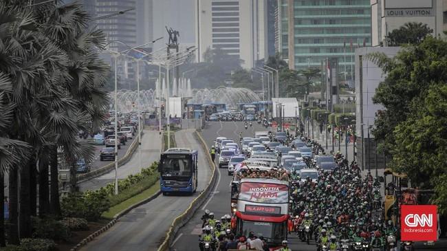 Secara keseluruhan, arak-arakan ini terbilang sepi dari kehadiran suporter Timnas Indonesia U-22. (CNN Indonesia/Adhi Wicaksono)