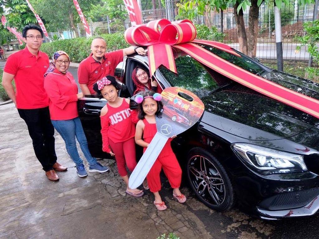 Dalam penyerahan itu Telkomsel diwakili oleh Executive Vice President Area Jabotabek Jabar Ririn Widaryani (paling kiri) beserta Head of Postpaid Marketing Jason Tan (paling kanan) menyerahkan secara langsung hadiah utama program Pesta Akhir Tahun 2018 berupa 1 unit Mercy CLA 200.