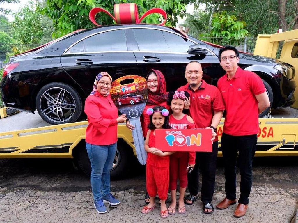 Ia yang beruntung adalah Irna Adiati Pramaputri yang telah setia menggunakan produk Telkomsel dan berhak atas Mercy ini.