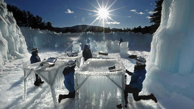 Bongkahan-bongkahan es sedang dipanen untuk digunakan untuk membangun tembok di Kastil Es di North Woodstock, N.H. (AP Photo/Robert F. Bukaty)