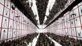 Para model mengenakan koleksi pakaian Musim Gugur-Musim Dingin 2019-2010 milik Dior di Paris. (AP Photo/Christophe Ena)