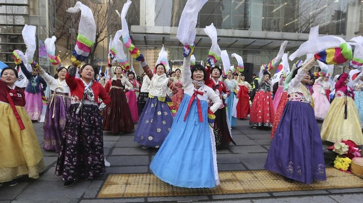 Warga Korea Selatan yang mengenakan pakaian tradisional