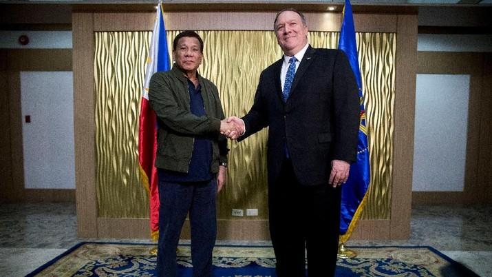 U.S. Secretary of State Mike Pompeo shakes hands with Philippines President Rodrigo Duterte at Colonel Jesus Villamor Airbase in Manila, Philippines February 28, 2019. Andrew Harnik/Pool via Reuters