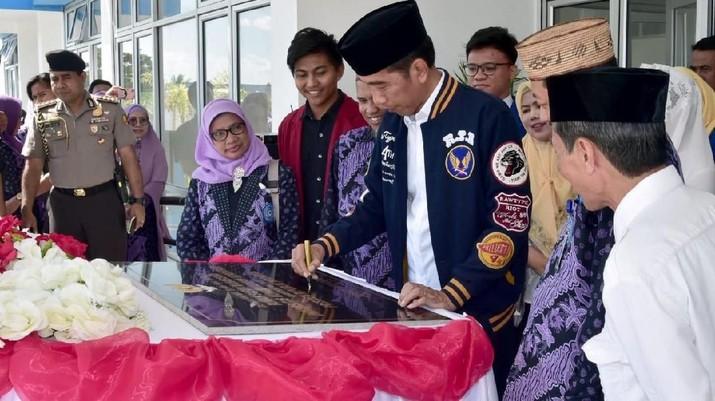 Presiden Joko Widodo (Jokowi) menyoroti jebloknya investasi dan rendahnya ekspor di tahun lalu.