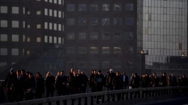 Di kota London, Inggris, para pekerja melewati Jembatan London saat jam-jam kemacetan di pagi hari. (REUTERS/Toby Melville)