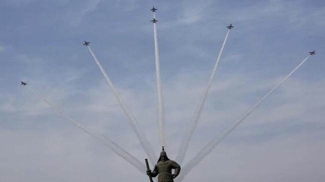 Di Seoul, tim aerobatik Elang Hitam Korea Selatan berlatih jelang perayaan memperingati 100 tahun Gerakan Kemerdekaan melawan penjajahan Jepang yang berlangsung 1 Maret. (AP Photo/Ahn Young-joon)