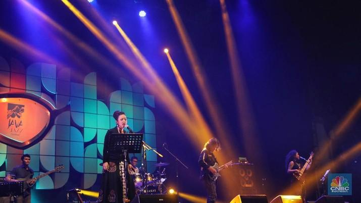 Aksi Nge-Jazz Soimah Bersama Dewa Budjana di Java Jazz 2019